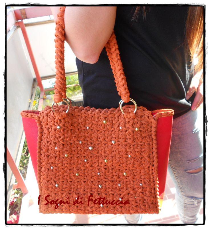 borsa in fettuccia arancio ed ecopelle rosso, con borchiette argentate e dorate
