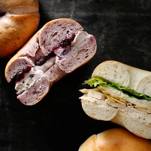 ブルーベリー&クリームチーズベーグル シーザーサラダベーグル