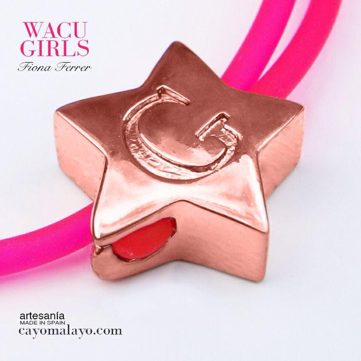 Pulsera de caucho rosa flúor y estrella bañada en oro rosa 18 kilates