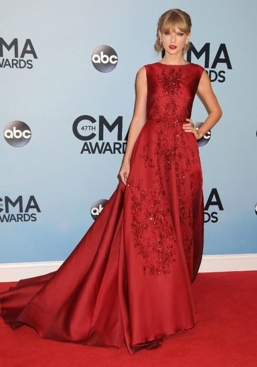 Taylor Swfit CMAs 2013 She looks fabulous.