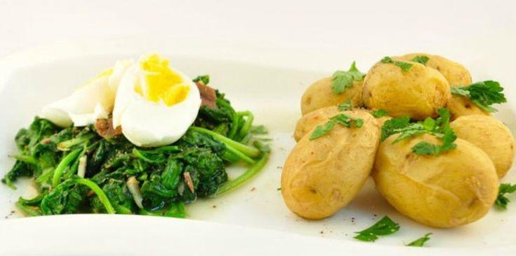 Om geld te besparen is het een slim idee om wekelijks een dag zonder vlees in te lassen. Op www.budgi.nl staat een heerlijk recept, spinazie met ei en ovenaardappels. #budget #koken #bakken #oven #recept #spinazie #ei #aardappels #goedkoop #tips #budgi