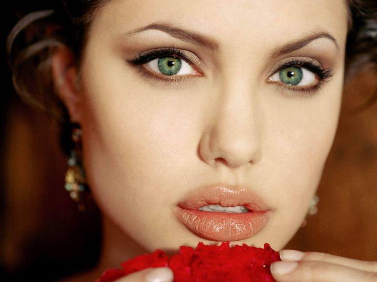 Angelina Jolie'den Güzellik Sırları Dünyaca ünlü güzel Angelina Jolie güzelliğiyle ilgili sırlarını açıkladı. Bol bol bitki çayları içen ünlü güzel, doğal besinlerden asla vazgeçmiyor.    Gözleri için papatya kompresi yapan Jolie, papatyanın göz şişliklerini indirdiğini vurguladı. Her mevsim dolabında çilek bulundurduğunu da belirten Jolie, bol miktarda su ve süt içiyor.