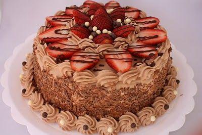 Massa de chocolate, recheios de creme de chocolate e creme branco com morangos.