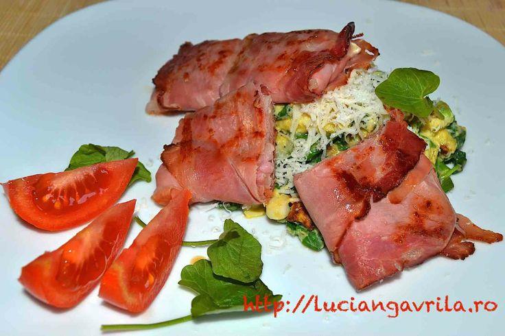 "#breakfast or #brunch with scrambled eggs, spinach, Camembert, prosciutto/jammon & stuff  Omletă cu Camembert ""la pachet"""