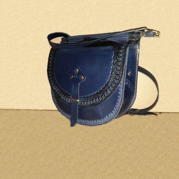 Стильная женская сумка №309 из натуральной кожи. Авторская ручная работа, с ремешком через плечо, чеканка по коже.