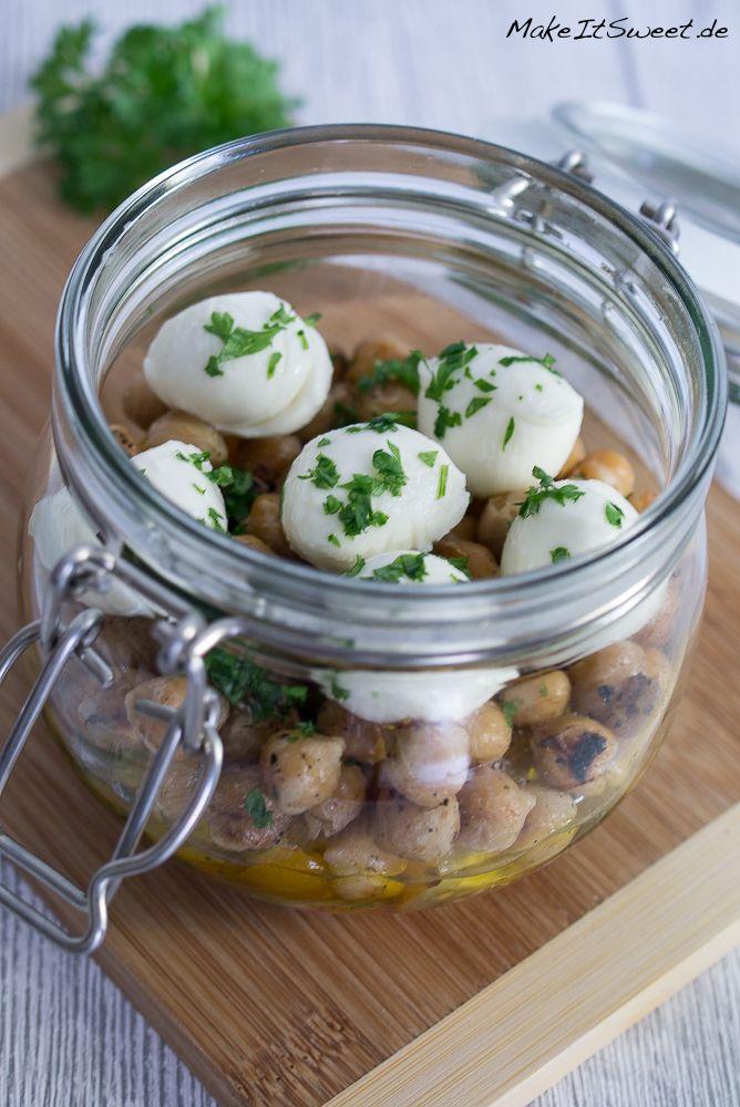 Rezept für einen Salat im Glas mit Kichererbsen, Tomaten, Mozzarella und Petersilie. Sehr gut zum Vorbereiten und mit Mitnehmen.