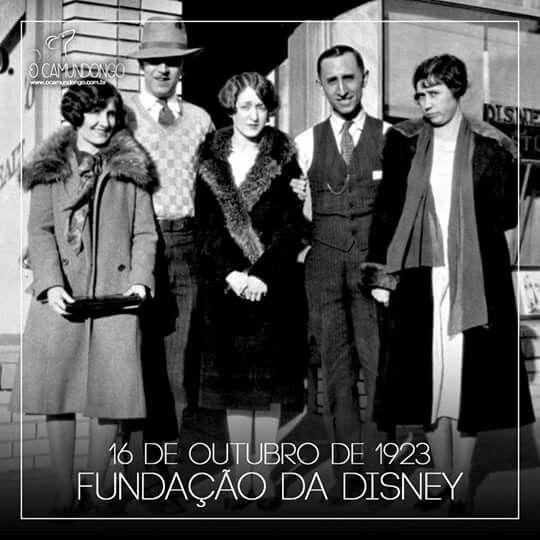 Há exatos noventa e três anos, os irmãos Walt Disney e Roy O. Disney fundavam o Disney Brothers Cartoon Studio, dando início ao nosso amado Universo Disney!  Na imagem, Walt (de chapéu) e Roy posam com a irmã Ruth (centro) e suas esposas Lillian e Edna, respectivamente, na frente do primeiro estúdio na Avenida Kingswell, em Los Angeles.  O Camundongo | www.ocamundongo.com.br