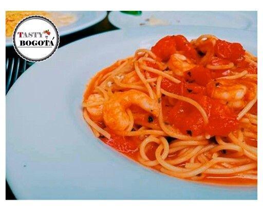 Amarti. Pasta con camarón y tomates