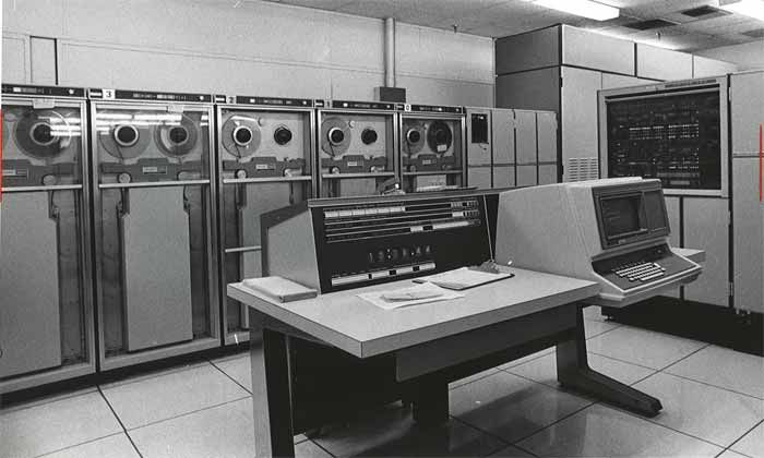 """La UNIVAC I (UNIVersal Automatic Computer I, Computadora Automática Universal I) fue la primera computadora comercial fabricada en Estados Unidos. Fue diseñada principalmente por J. Presper Eckert y John William Mauchly, también autores de la primera computadora totalmente electrónica estadounidense, la ENIAC. Durante los años previos a la aparición de sus sucesoras, la máquina fue simplemente conocida como """"UNIVAC"""". Se donó a la universidad de Harvard y Pensilvania."""