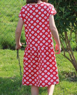 geteilt-durch-Kleid Schnittmuster von www.erbsenprinzessin.com genäht von wibbelstetz