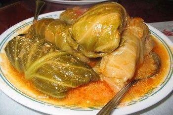 I Sarmale, involtini di cavolo farciti con un composto di carne trita, riso, uovo e semolino e poi cotti in una pentola, sono una ricetta tipica dell...