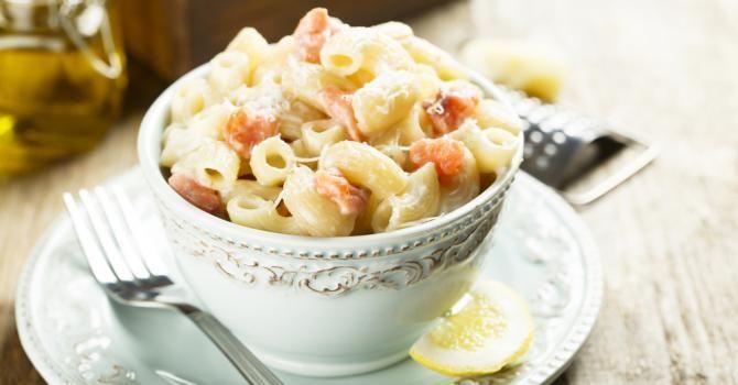 Recette de Pâtes au saumon fumé, fromage et crème légère pour dîner familial. Facile et rapide à réaliser, goûteuse et diététique.