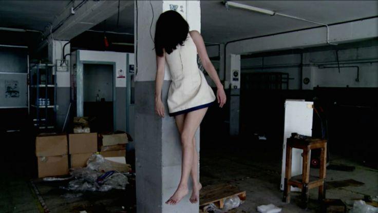 11/11– 2 ・Ivan Marino – A woman on the trapeze (Argentina 2012, 7') 本来は3チャンネルのビデオアートとして制作された作品。荒廃した屋内における三つのポイントで、パフォーマーの女性が壁に吊るされる。そして、吊るす部位や方法を変えることによって、奇妙な空中ブランコを思わせるバリエーションが、機械的に展開されてゆく。不穏な、まるで絞首刑のような状況下において、機能を奪われて重力に従う身体の奇妙さ。回しっぱなしのパフォーマンス映像としてではなく、映画的な細かいフィックスショットの積み重ねによって作品を構成しており、ひとつのスクリーンで映画的に観ても引き込まれる。非常に印象深い。カラー/サウンド(機械的なノイズ音)。