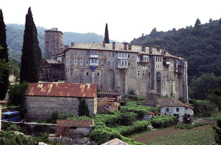 Απόψεις της αυλής της Μονής Χιλανδαρίου Αγίου Όρους - The courtyard of the Monastery of Chilandari on Mount Athos