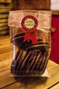 Le tegole al cioccolato è una variante dei golosi biscotti che fanno parte della tradizione gastronomica valdostana. Il loro nome è da attribuire proprio alla forma, che richiama quella incurvata tipica delle tegole. Sacchetto 200 gr.
