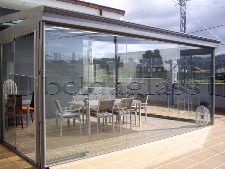 Cerramiento de terraza compuesto de techo movil deslizante y cortina de cristal,
