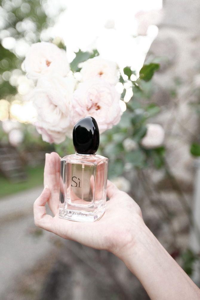 Georgio Armani Si - l'un de mes parfums préférés j'adoreeeeeeeee, il est a la fois Chic, voluptueux et intense, sent très bon il est doux et pas trop fort j'adore et je le racheterai. Je le recommande.