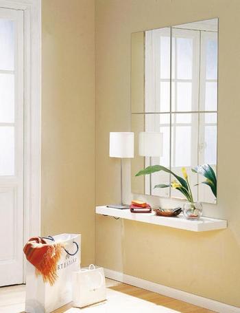 Una buena idea para aumentar la sensación de espacio en un recibidor pequeño es colocar un espejo o una composición de ellos en la pared y una balda volada en lugar de un mueble que agobiaría el espacio. Éstos son de Ikea.