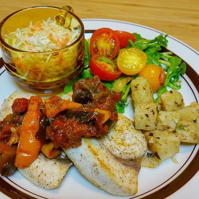 晩御飯は作り置きを使ってワンプレートに。メカジキのソテーにラタトゥイユをソースがわりそえて、サイドはコールスローとミント風味のポテト、スモモとミニトマトとルッコラのサラダ🥗😎最近フルーツを使ったサラダがマイブーム。甘めのシェリー酒ビネガーとレモン風味のオリーブオイルのドレッシングにスモモがいい感じにキマった 笑。 #meallog #food #foodporn #tw #👓作