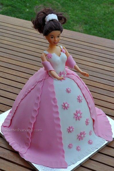 Gateau de Princesse avec une robe blanche et rose décorée de petites fleurs roses| Recettes Hanane.