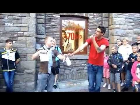 Magik ( iluzjonista ) na Krupówkach w Zakopanem . 26.07.2014 r. - YouTube
