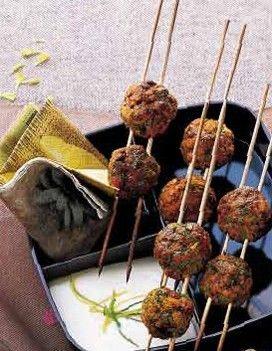 BOULETTES DE DINDE AUX HERBES ET AU CURRY, SAUCE AU YAOURT CITRONNE : recette de cuisine proposée par ELLE à Table - Recettes Elle à Table