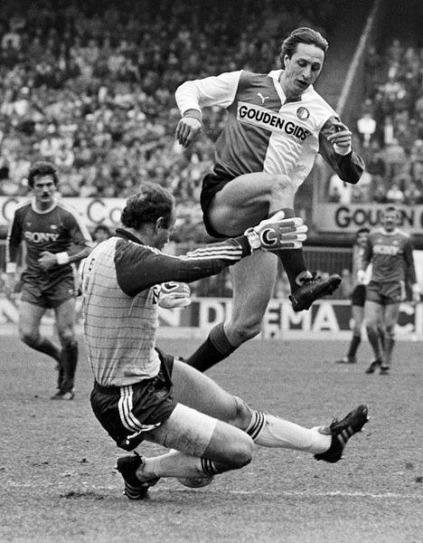 Feyenoord tegen AZ'67 5-2; Johan Cruyff springt over doelman Treytel