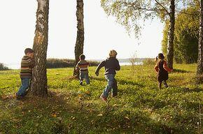 Outdoor-Bewegungsspiele für Kinder - von Himmel und Hölle bis zu Wasserball. Diese Bewegungsspiele für Kinder sind ideal für Feste aller Art.