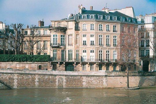 Paris L'hôtel Lambert se situe à la pointe de l'Ile Saint-Louis dans le IVe arrondissement. Il est l'oeuvre de l'architecte Louis Le Vau.