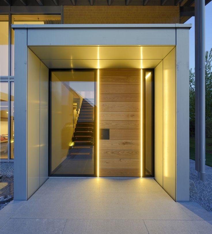 Puristischer Eingangsbereich mit raumhoher Tür