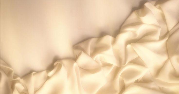 Cómo hacer un traje de dios griego. Los trajes de dios griego inicia con una túnica o toga. La túnica es la vestimenta griega clásica, mientras que la toga es su versión romana. Ambas son aceptables, aunque la primera es la más acertada. Partiendo de ahí, puedes adornarla con unos cuantos accesorios, con algunos elementos básicos de la casa y un poco de arte y conocimiento de ...