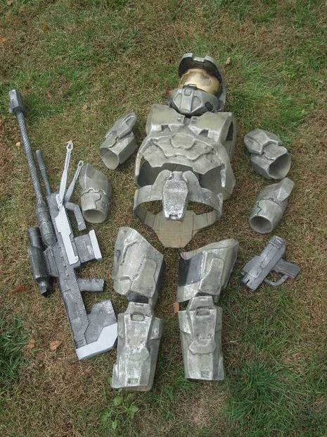Halo 3 costume from cardboard and fiberglass. Includes link to instructions