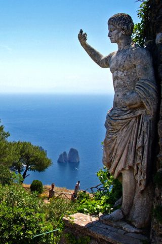 Where does nature beauty mix perfectly with art & history ? Of course, in #Capri, #Italy #ModusItinerandi