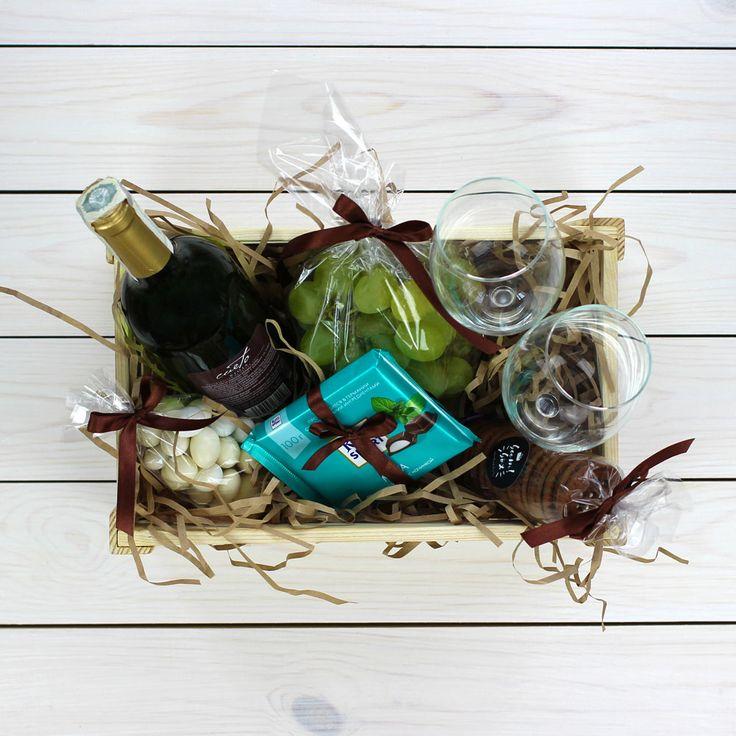 В комплект входит: вино (Испания), 2 бокала, виноград, миндаль в глазури, шоколад Ritter Sport, печенье, ящик, декор.