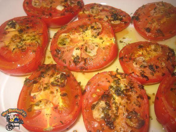 Gegrillte Tomaten Rezept drucken Rezept mit allen Bildern drucken Rezpet mit Rezeptfoto drucken Rezept nur in Textform drucken Portionen 4 Vorbereitungszeit 10 Minuten Kochzeit 45 Minuten Gesamtzeit 55 Minuten Zubereitung Indirektes grillen, Küche bauchvoll.de Bauchvoll Zutaten 6 Stücke Tomaten 3 Stücke Knofizehen (in dünne Scheiben geschnitten) 1 esslöffel Honig 1 …