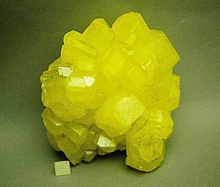 Cristalli dello zolfo elemento non metallico.