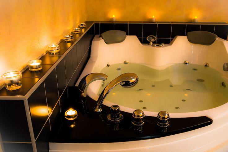 Wie wäre es mit einem entspannenden Bad mit ätherischen Ölen, bei Kerzenlicht und einem Gläschen Sekt? In unserem Entspannungsbad mit Whirlpool entkommen Sie bei einem schönen Bad in ruhiger Atmosphäre ideal dem Stress des Alltags. Wählen Sie Ihr persönliches Badevergnügen aus einem umfangreichen Angebot an Bädern aus.