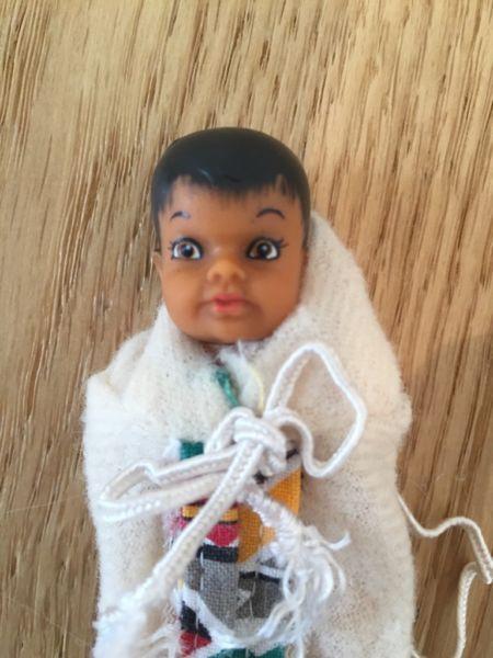 Herzerweichendes Indianer-Baby in seiner Trage von Barbie aus den 80er Jahren zu verkaufen. Deutliche Gebrauchsspuren, s. Fotos.Versand und Paypal-Zahlung möglich.Privatverkauf, daher keine Garantie, keine Gewährleistung.