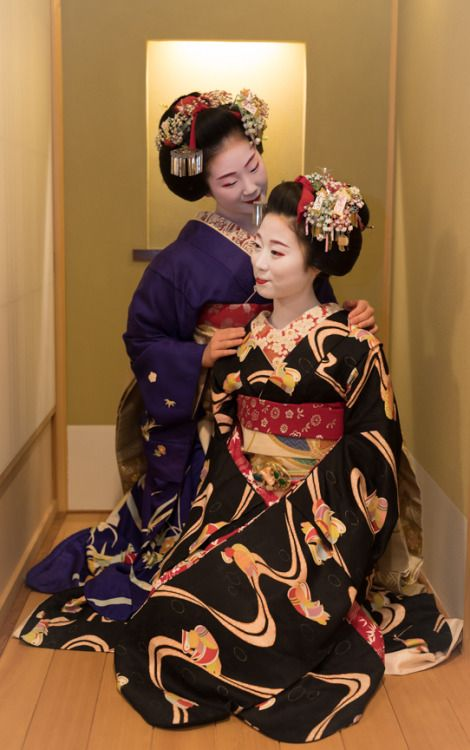 The maiko Toshiemi of Miyagawacho in blue with the maiko Konami from Gion Kobu in black. (Source)