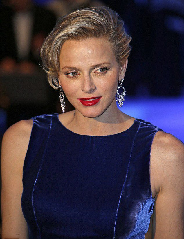 Princess Charlene's short blonde mane coiffed in a slight wave, the blonde beauty also revealed a pair of dazzling diamond chandelier earrings.