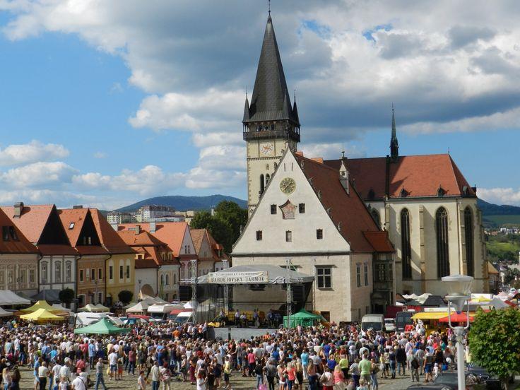 Príďte sa zabaviť na legendárny Bardejovský jarmok Bardejov ožije atrakciami tradičného historického jarmoku  Od štvrtka 24. do nedele 27. augusta 2017 ožijú uličky starobylého najkrajšieho historického mesta na Slovensku netradičným ruchom obchodníkov, remeselníkov a návštevníkov. V meste plnom pamiatok UNESCO sa bude opäť konať  už ďalší ročník historického i novodobého Bardejovského jarmoku. Zúčastní sa ho viac ako 500 trhovníkov.
