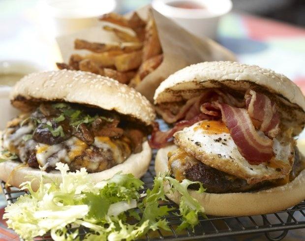Burger wołowy z boczkiem i jajkiem