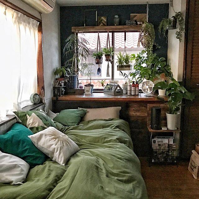 女性で、4LDKのPUEBCO/modernbotanical/モダンボタニカル/ボタニカル…などについてのインテリア実例を紹介。「『モダンボタニカル』を目指して 少しずつ改造中の寝室、 普段使わない小物類や紙類、 季節外の寝具類などは 出窓下の収納スペースに入れて 完全に隠してます。 見せと隠しのバランス 使い分け難しい~(^^;)」(この写真は 2017-02-23 12:25:09 に共有されました)