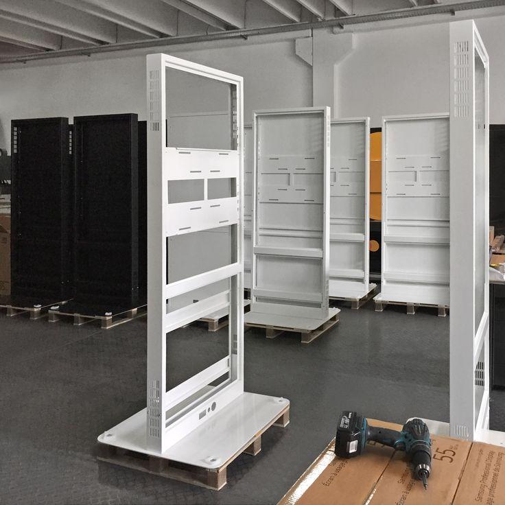 """Strutture pronte per l'assemblaggio! Totem multimediale newTon 55"""" white. Su www.dominodisplay.com"""