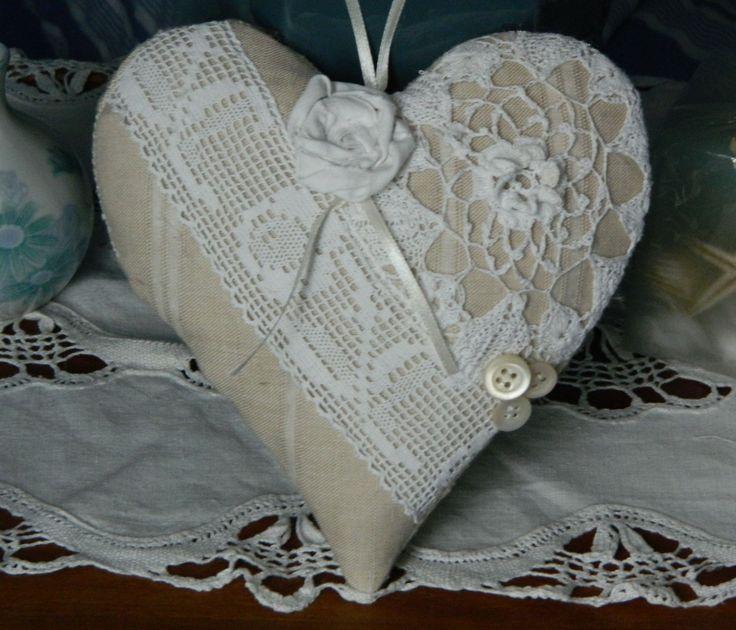 COUSSIN DE PORTE - COEUR A SUSPENDRE ROMANTIQUE DENTELLES ANCIENNES : Confectionné par Cannelle-fil-et-tissu