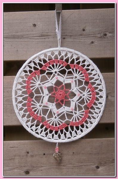 Raamhanger / Mandala gehaakt met katoen doorsnee 25 cm, wit/roze met kraaltjes