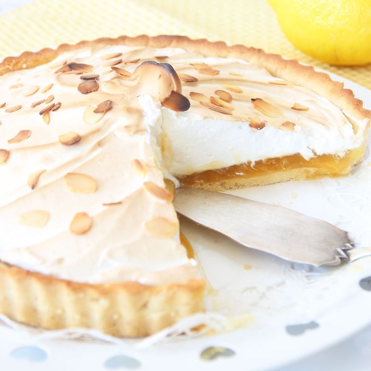 Frasig pajbotten, krämig, sötsur citronfyllning och fluffig maräng! En superläcker dessert!