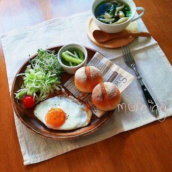 プチフランスパン、半熟目玉焼き、サラダ&スープの朝ごはん。シンプルだけど、朝から元気が出ます!