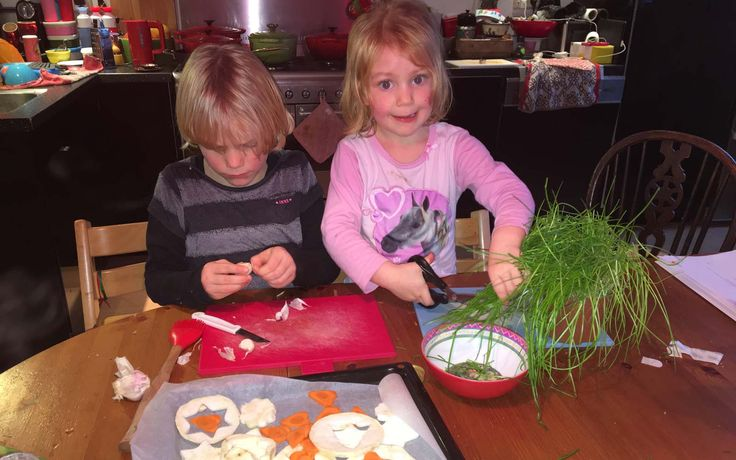 Jobke en Ferieke zijn het olijfolie mengsel aan het maken wat over de knolselderij en wortel gaat voordat deze in de oven gaan. Het kersthoofdgerecht van de kids: Polenta, knolselderij & wortel met een gebakken eitje. Recept vind je op de website.