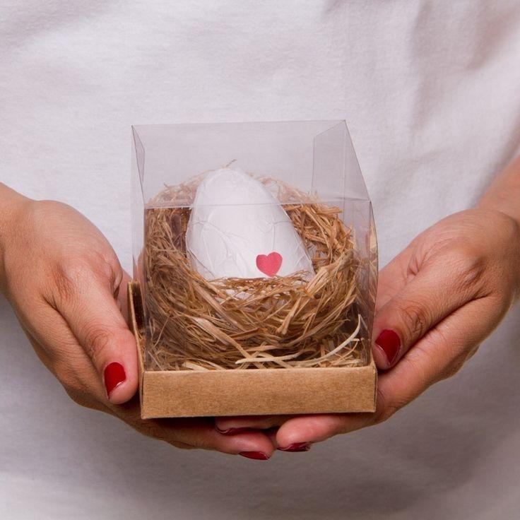 Caixinha que contém um ovo (artificial e não comestível) em um ninhozinho. dentro do ovo, que tem um fundo falso, está a mensagem da cegonha: um pequeno pergaminho com texto personalizável que anuncia a gravidez. <br> <br>Os ovinhos são SEMPRE brancos com coraçãozinho vermelho e, pra não estragar a surpresa de quem vai receber a mensagem, a caixinha é embalada pra presente com papel kraft, laço de barbante e botão de coraçãozinho (SEMPRE vermelho). <br> <br>Caso o cliente prefira, podemos…